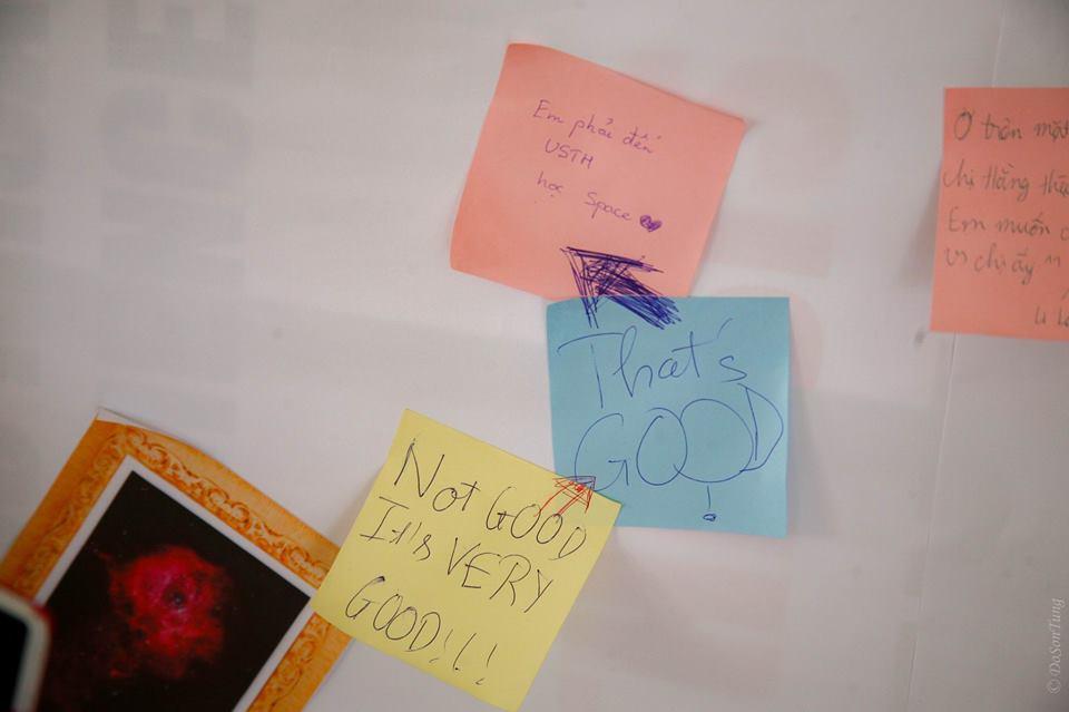 Các bạn trẻ gửi những thông điệp bên lề chương trình. Ảnh: Đỗ Sơn Tùng (USTH).