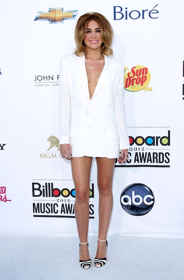 Miley Cyrus looked great at 2012 Billboard Music Awards red carpet