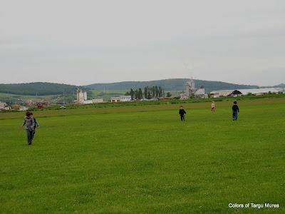 Aeroclub, Aerodromul Teritorial Tg. Mures. Copii alergand. CopiI jucandu-se.