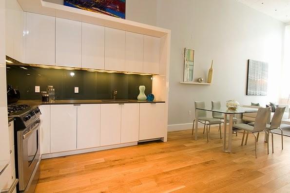 El uso de la madera en el piso de la cocina