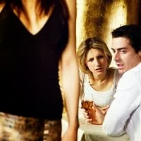 رجل ينظر لنساء اخريات فاسق يطارد النساء - زائغ العين - man looking at other woman womanizer