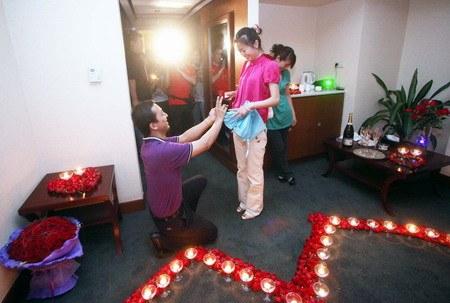 صيني يطلب يد صديقته بإستخدام 9999 ورده حمراء Marriage-proposal4