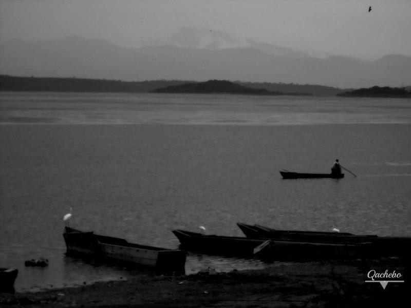Pescador en canoa en la laguna de Cuitzeo