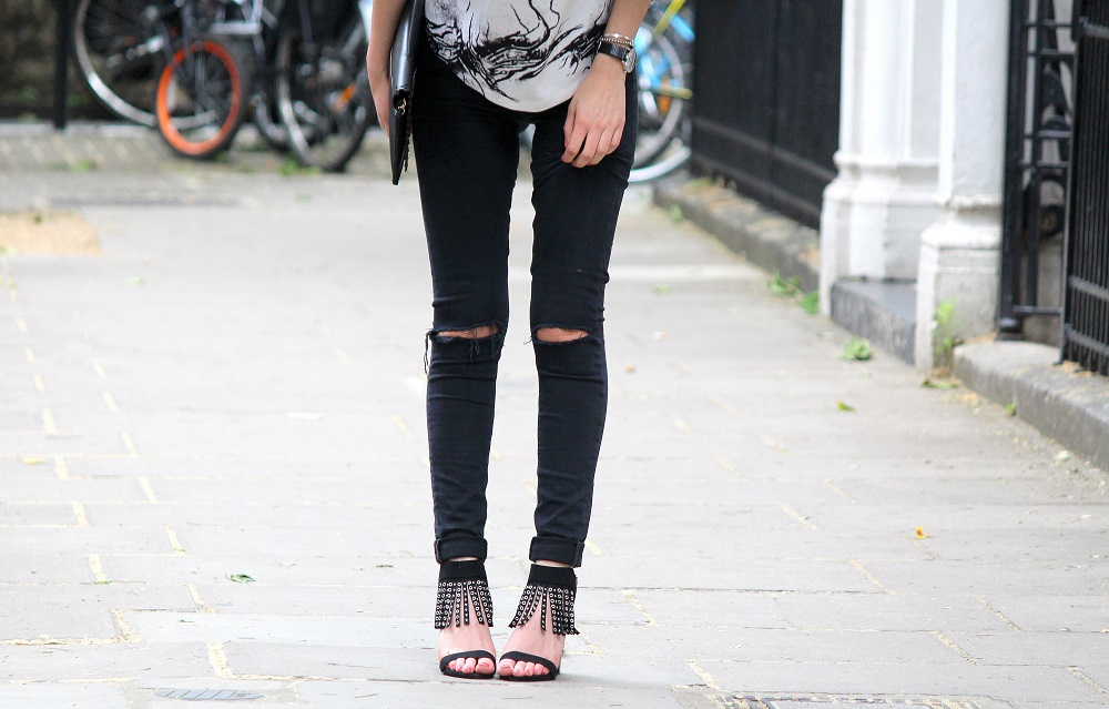 peexo fashion blogger wearing ripped black jeans and fringe heels