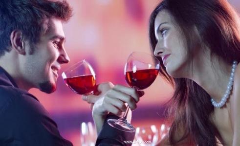 هل يجب أن نخفى اسرارنا عن الشريك - رجل وامرأة يشربان من كاس كوب نبيذ - man and woman drinking from cup glass wine