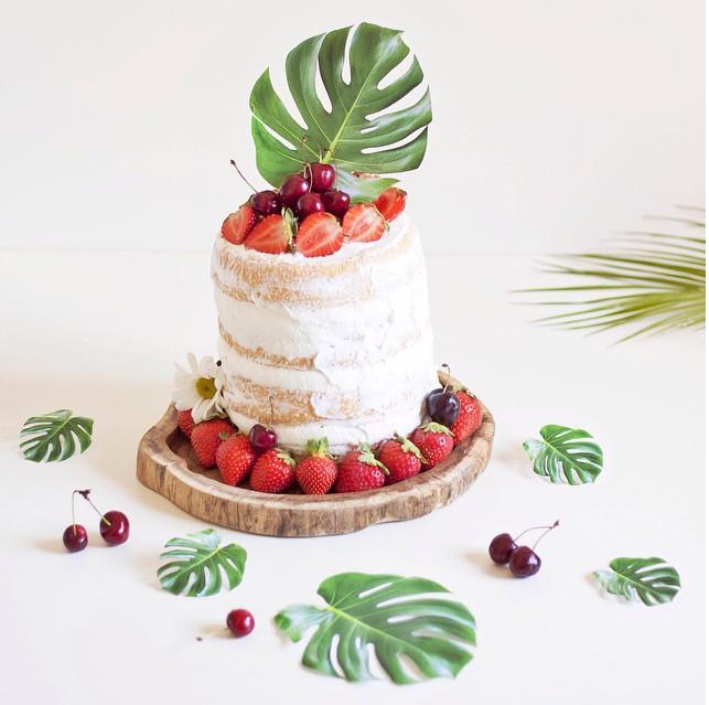 tarta de fresas decorada con hojas de costilla de adán