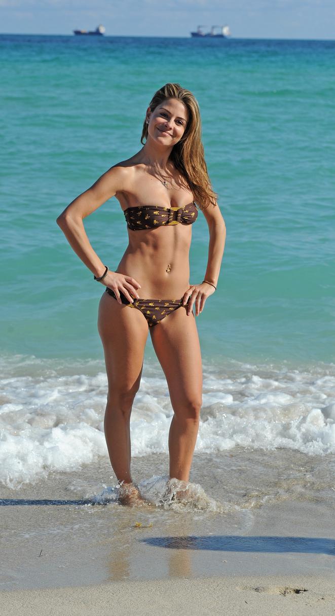 Maria Menounos flaunts bikini body