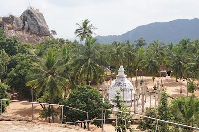 ступа дагоба и руины древнего храма у вершины Михинтале, колыбель буддизма, священное дерево Бодхи