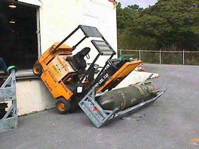 Un chargeur bascule sous le poids d'un bombe, dangereux!