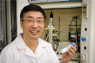 Assoc Prof Darren Sun holding the patented Titanium dioxide nanofibre