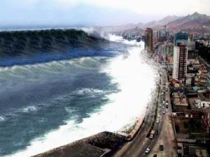 Cette image montre une vague géante, un tsunami prêt à s'abattre violemment sur une ville, ce qui laisse supposer un carnage sans nom, des dégâts colossaux et un renversement de toute la vie de cette ville. On peut donner cette définition d'un tsunami : un tsunami est une onde océanique ou marine provoquée par un mouvement rapide d'un grand volume d'eau (océan ou mer) dont l'origine est géologique (le plus souvent l'effet d'un tremblement de terre ou d'une éruption volcanique). Il est associé à la naissance et au déploiement d'une immense vague qui devient déferlante et destructrice au contact des rivages terrestres. Bien que les tsunamis puissent atteindre une vitesse de 700 km/h quand le fond de l'océan est profond, ils sont imperceptibles au large, car leur amplitude y dépasse rarement le mètre pour une période (temps entre deux vagues successives) de plusieurs minutes à plusieurs heures. Ils peuvent toutefois provoquer d'énormes dégâts sur les côtes où ils se manifestent par : une baisse du niveau de l'eau et un recul de la mer dans les quelques minutes qui les précèdent ; et/ou une élévation rapide du niveau des eaux pouvant atteindre 60 mètres provoquant un courant puissant capable de pénétrer profondément à l'intérieur des terres lorsque le relief est propice (plat). Dans certains cas assez rares, le tsunami peut prendre la forme d'une énorme vague déferlante ou, en remontant un fleuve, d'un mascaret extraordinaire. 75 % des tsunamis se produisent dans l'océan Pacifique et la plupart des autres sont observés dans l'océan Indien, en raison de la forte activité tectonique sur le pourtour de ces deux océans. En fonction de l'intensité de l'action mécanique qui les produit et de la géométrie de l'océan, ils peuvent se propager sur des milliers de kilomètres et peuvent toucher plusieurs continents, dans des zones où le séisme ou l'éruption volcanique n'ont pas été ressentis ; on parlera alors de télé-tsunami ou tsunami transocéanique. Le terme de raz-de-marée que 