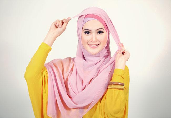 Kami disini mempunyai cara memakai Jilbab segi empat, langsung saja ...