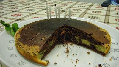 Bolo de chocolate e hortelã cortado
