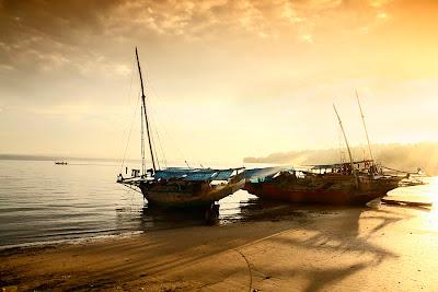 perahu bersandar di pantai namosain