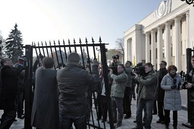 Фото Укринформ:забор и нардепы