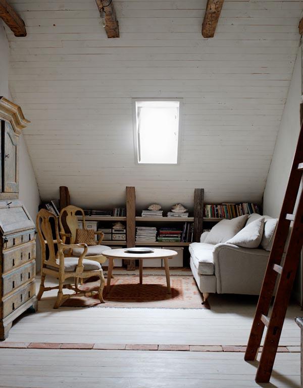 buhardilla con sala de estar y sillas gustavianas