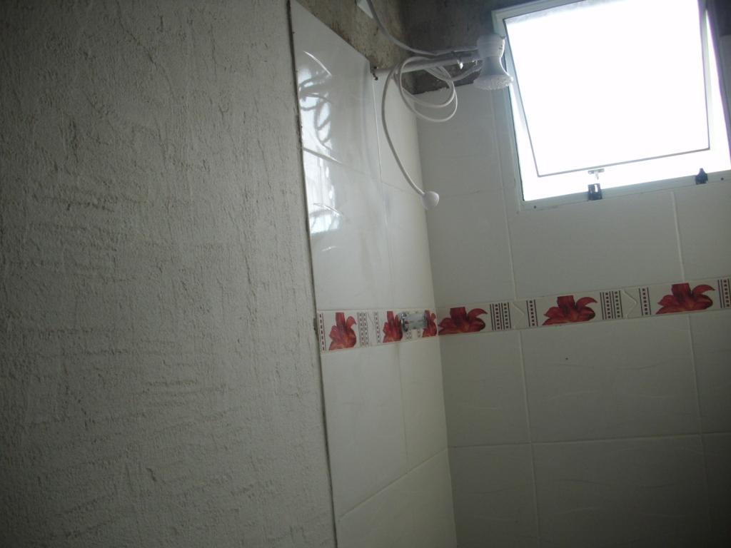 Piso rejuntado marido fez uma meleca só nesse rejunte. #604541 1024x768 Banheiro Azulejado
