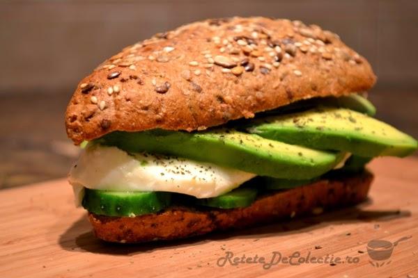 sandwich mozarella avocado