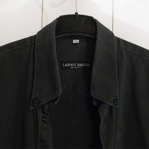 Férfi ing divat - fekete anyagában csíkozott szövésű, legombolható inggallérral