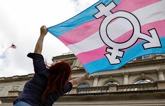 Noua poliție a gândirii în acțiune: Mamă arestată pentru că a numit o femeie transgender BĂRBAT