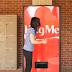 Máquina da Coca-Cola dá refrigerante em troca de abraço