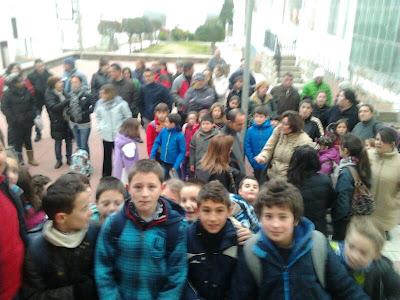Alumnos del CEIP LaAntigua a la Puerta del centro
