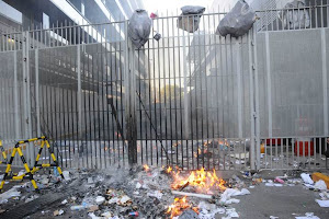 La CNTE quema basura en TELEVISA.
