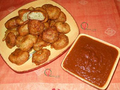 Buñuelos caribeños con chutney de tomate.
