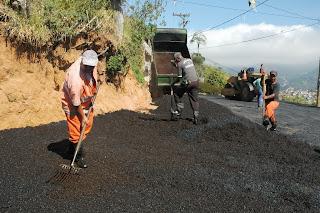 Profissionais da Prefeitura fazem o recapeamento de vias no Pimentel