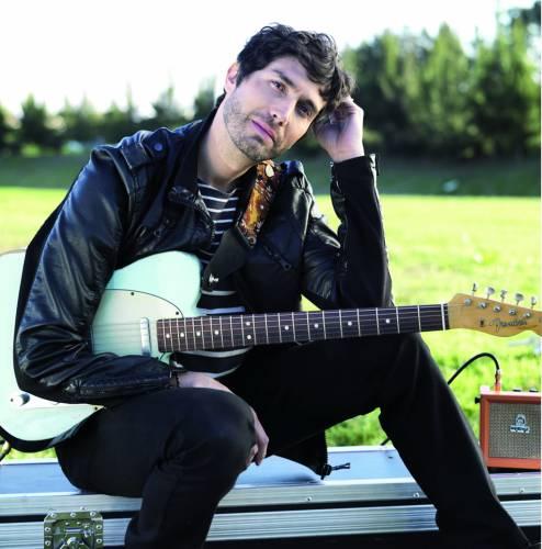 Benny Ibarra con su guitarra