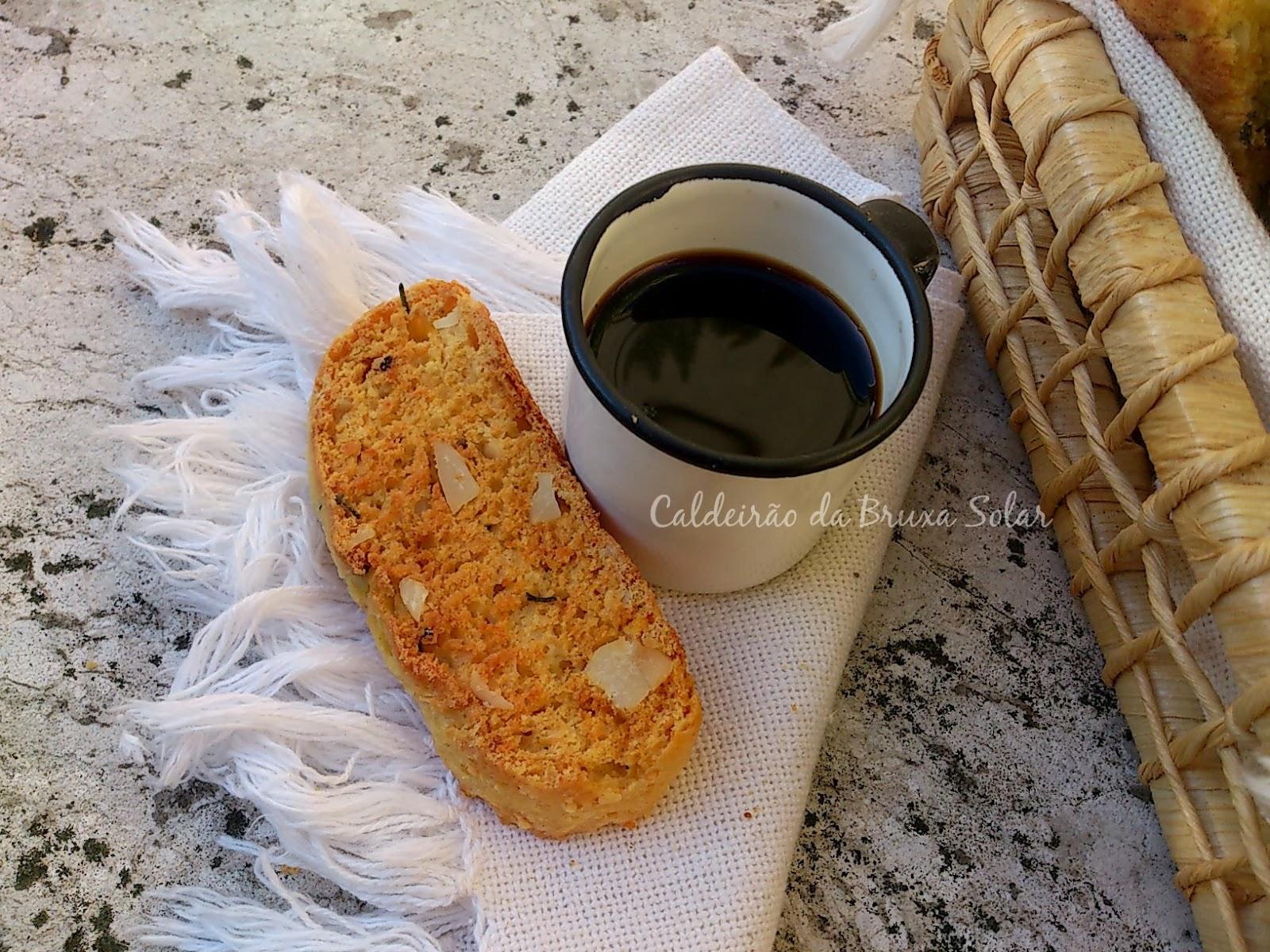 Biscotti de parmesão, alecrim e castanhas do Pará