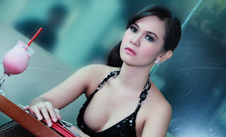 Anindita Putri Model Seksi Majalah Popular 