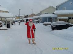 Joulupukki taruolento rientää kuin tuhat salamaa paikkaan jokaiseen
