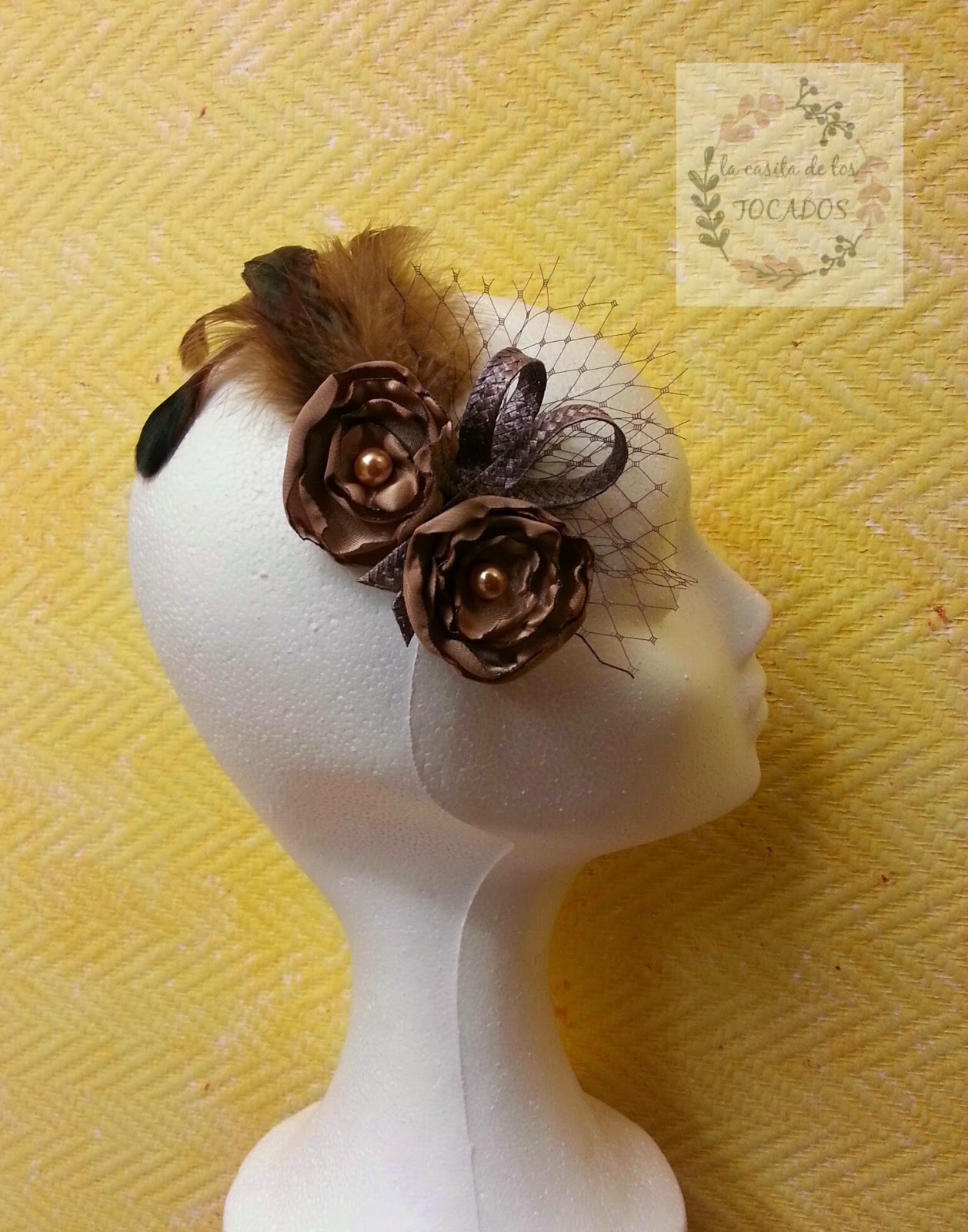 tocado color marrón para boda con flores artesanales, velo, rafia y plumas