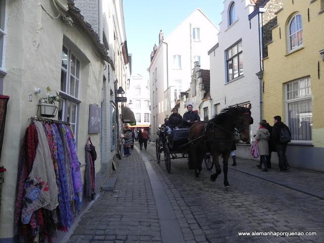 Charretes nas ruazinhas medievais de Bruges