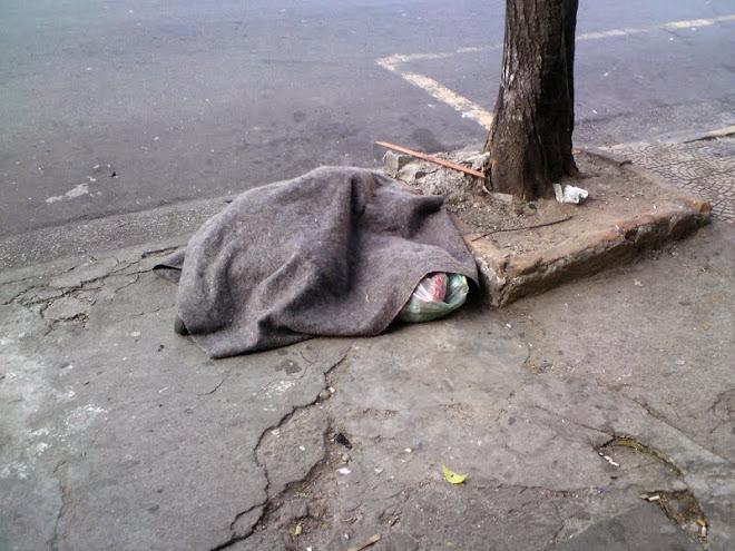 As pessoas se acostumaram a ver coisas assim e não sentir nada... Não é lixo, é um ser humano!
