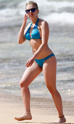 Scarlett Johansson in blue bikini, candid pic 4