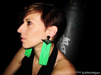 Orecchini con frange verde fluo su modella.