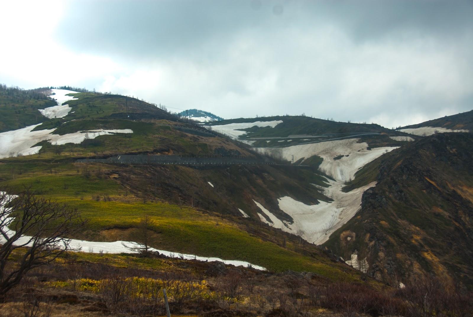 雪が残るぐらい標高の高く寒い峠道を進む