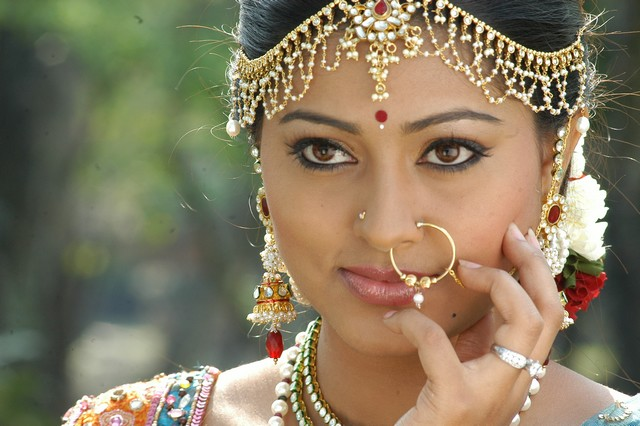 Kuspu Hot http://fashionphotoshot.blogspot.com/2011/09/indian-actress-sneha-fashion-jewel-make.html
