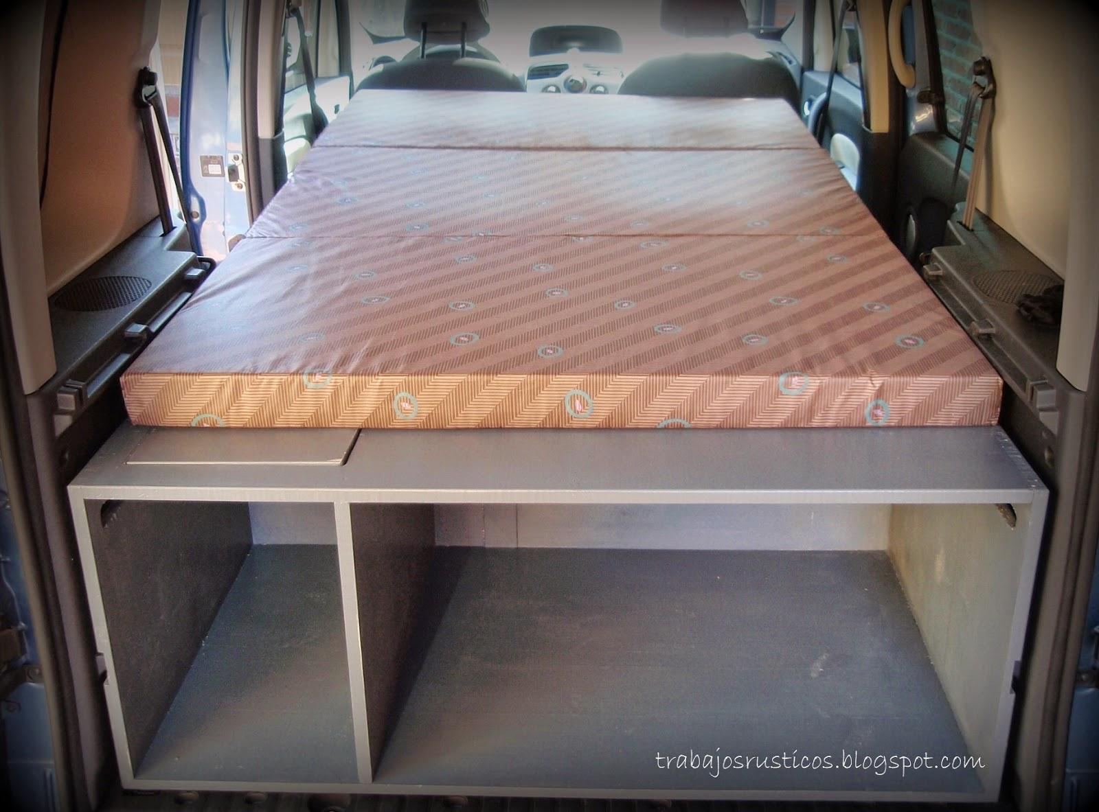 cama se divide en tres, se puede levantar una de las partes para