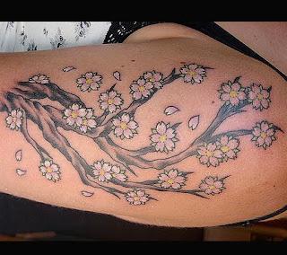 Tatuaj pentru umar: o crenguta cu flori de cires