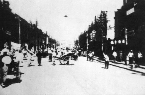ANTIGUA FOTO DE OVNI EN UNA CALLE DE CHINA EN 1942