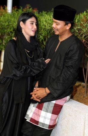 Ella Lebih Gedik Manja Bersama Suami