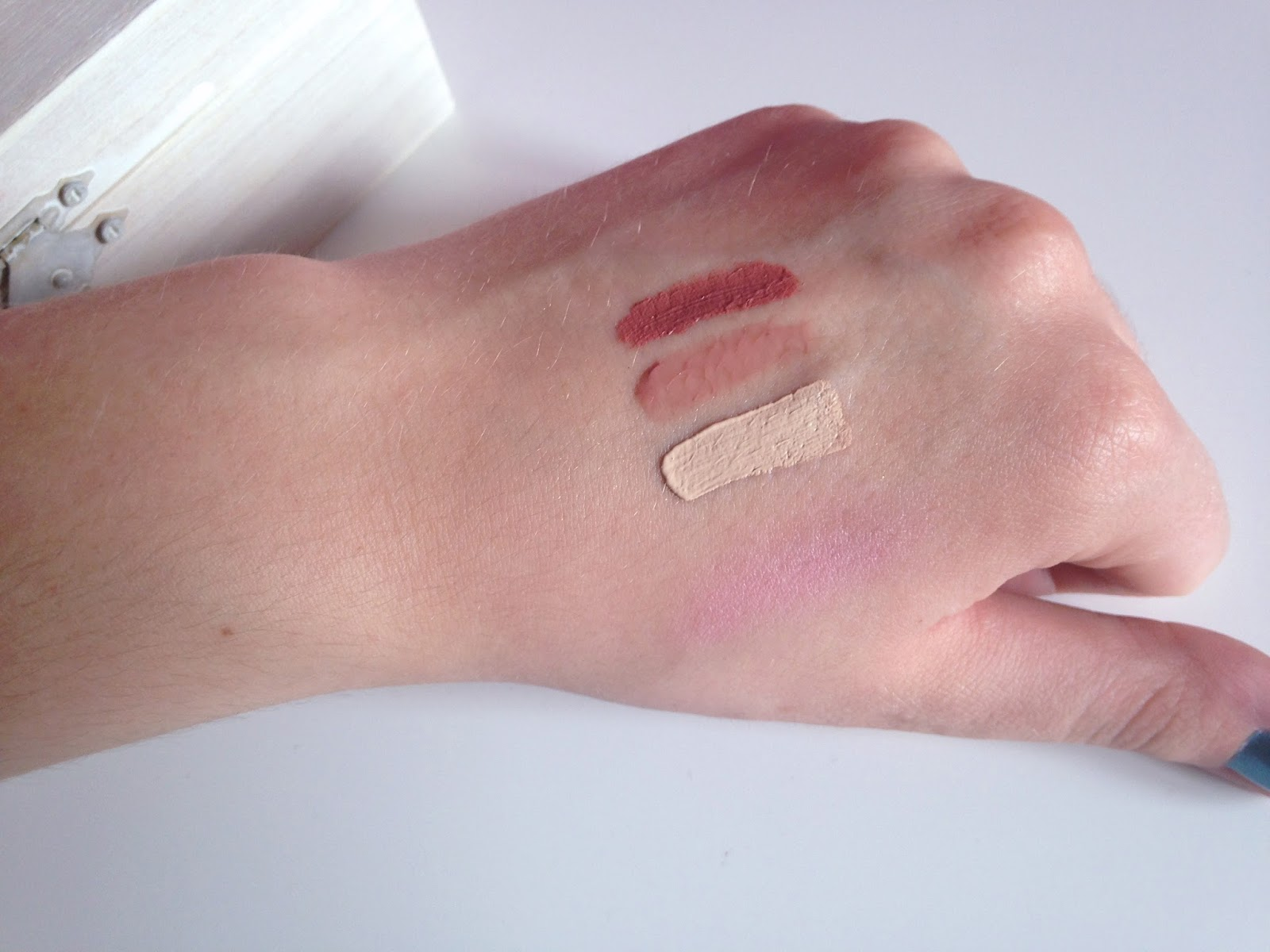 Essence Blush Up! Pinky Flow XXXL Longlasting Matt Effect Lipgloss Soft Nude XXXL Longlasting Nude Lipgloss Soft Almond Stay All Day Concealer 10 Natural Beige Swatch