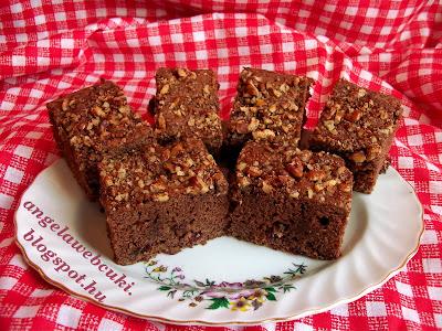 Aszalt áfonyás csokis süti, vörös áfonyával ízesített, kevert tésztás sütemény, darált dióval a tetején.