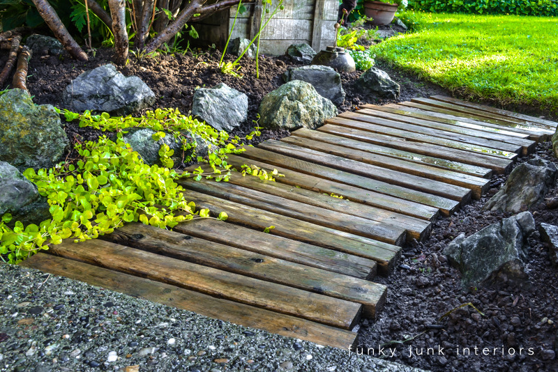 Pallet wood walkway all prettied up again funky junk for Camino de piedras para jardin