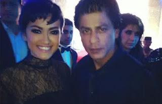 foto shahrukh khan saat konser di indonesia