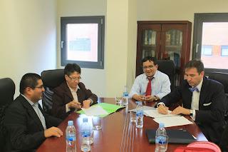 Don Andrés Salinas Sánchez-Mayoral, firmando el Acuerdo de Colaboración con Doña Aurelia Ramírez Quiróz