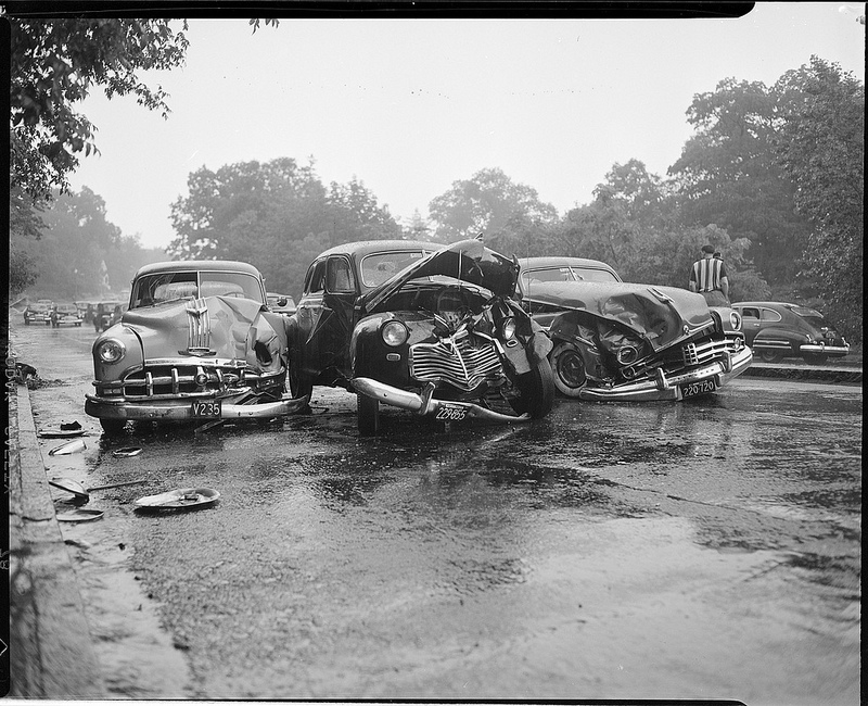 50 Impressive Vintage Photos of Car Accidents from between the ...